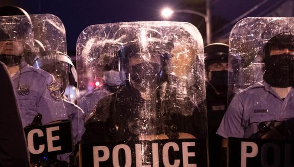 La policía se enfrenta con manifestantes que marchaban en Filadelfia el 27 de octubre de 2020, durante una protesta por la muerte de Walter Wallace. (Foto de GABRIELLA AUDI / AFP).