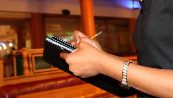 Una camarera se quedó sin propina luego de reclamar a unos clientes por la cantidad de dinero que le habían dado como agradecimiento por su servicio. (Foto referencial: Shutterbug75 / Pixabay)