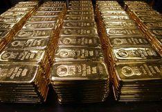 Oro baja por firmeza del dólar mientras espera el reporte de desempleo en EE.UU.