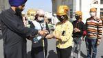 Gente de todos los países usan mascarillas y desinfectante de manos en medio de la preocupación por la propagación del coronavirus COVID-19 (Foto: AFP)