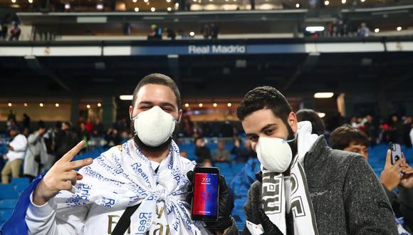 El uso de las mascarillas en España se ha podido ver en las calles y en eventos deportivos como los partidos de fútbol. En la imagen, dos hinchas en el estadio Santiago Bernabéu del Real Madrid. Foto: Reuters