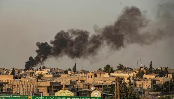 El humo surge en la bombardeada ciudad siria de Ras al Ayn, atacada por los turcos en su ofensiva contra los kurdos del norte de Siria. (AFP).