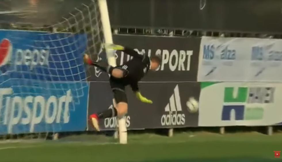 YouTube viral: Arquero checo rompe el arco en una gran atajada por evitar un gol
