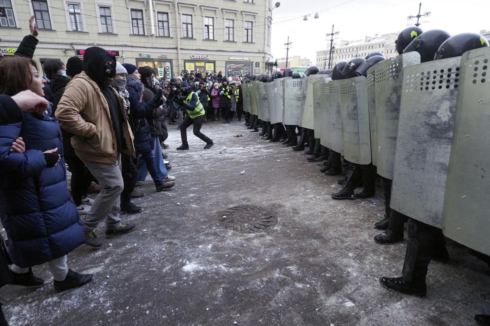 Más de 10.000 personas fueron detenidas en Rusia desde el 23 de enero, cuando comenzaron las manifestaciones para exigir la liberación del opositor ruso Alexéi Navalny, afirmó este miércoles la oenegé OVD-Info. (Texto: AFP / Foto: AP).