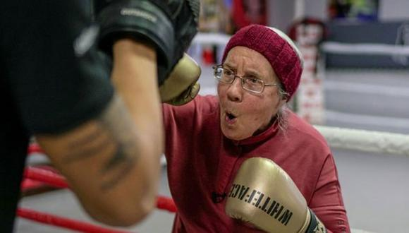 Tiene 75 años y sufre de Parkinson. Nancy Van Der Stracten encontró la mejor manera de frenar la enfermedad: hacer boxeo. Esta es su historia. (Foto: Reuters)