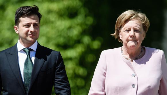 Angela Merkel sufre temblores durante una ceremonia oficial junto al presidente de Ucrania Volodimir Zelenski. (EFE).