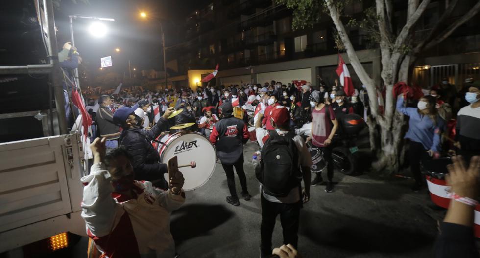 Esta noche los manifestantes organizaron una protesta con bombos y platillos frente a la casa de un magistrado del JNE. Foto: Giancarlo Avila.