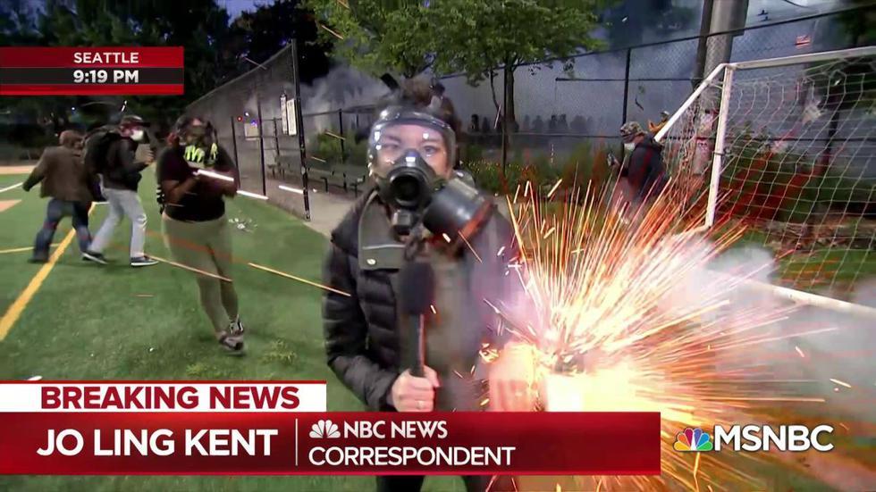 Jo Ling Kent, reportera de la NBC News, cumplía con su trabajo cubriendo las protestas en Seattle, cuando de un momento a otro fue alcanzada por la pirotecnia. (Foto: Captura YouTube)