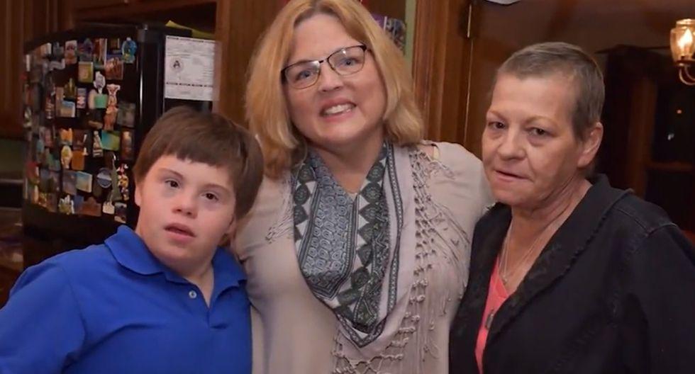 La mujer del medio es la persona que adoptó al pequeño Jake (Chico de polo azul) luego de que su madre Jane (La señora de la derecha) falleciera de cáncer. (Foto: CNN Newsource)