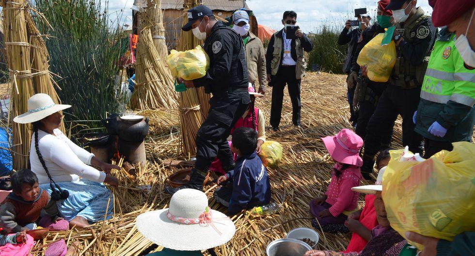 Policía Nacional lleva ayuda a los habitantes de las islas de los Uros en Puno. (Foto: Carlos Fernández)