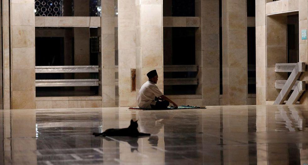 Un hombre reza en el corredor de la Gran Mezquita Istiqlal en medio del mes sagrado del Ramadán en Yakarta, Indonesia. (REUTERS/Willy Kurniawan).