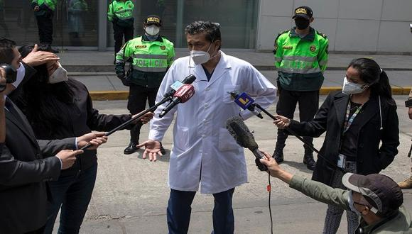 """El investigador Germán Málaga señaló que quería confirmar la hipótesis de que con triple dosis se generaría los suficientes anticuerpos para asegurar """"inmunidad duradera"""" contra el COVID-19. (Foto: Rodrigo Abd/AP)"""