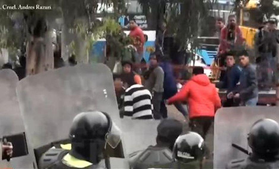 Los mototaxistas informales usaron piedras contra los agentes. (Foto: Captura/América Noticias)