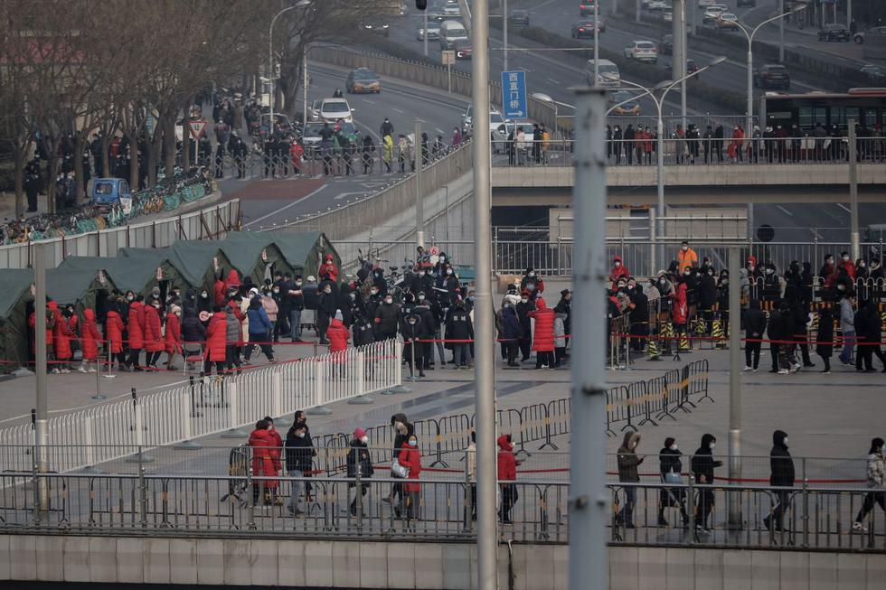 Beijing inició este viernes su campaña masiva de test de coronavirus entre sus habitantes, tras haber detectado algunos casos, lo que dio lugar a impresionantes filas de espera en las calles de la capital china. (Texto: AFP / Foto: EFE).
