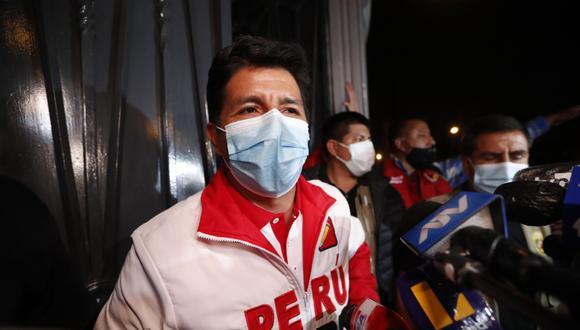 En declaraciones a los periodistas a su salida del local partidario de Perú Libre en Breña, Castillo Terrones informó que las actividades proselitistas en Tacna, Moquegua y Arequipa serán reprogramadas. (Foto: El Comercio)
