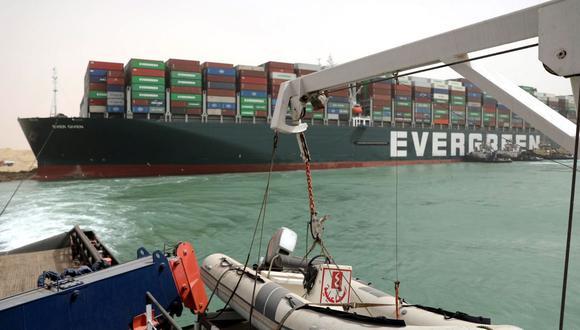 Imagen muestra el buque portacontenedores Ever Given en el Canal de Suez, Egipto, el 25 de marzo de 2021. (EFE/EPA/SUEZ CANAL AUTHORITY).
