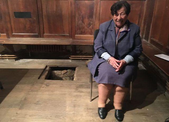Annie junto a la trampilla de la capilla. (Foto: BBC Mundo).