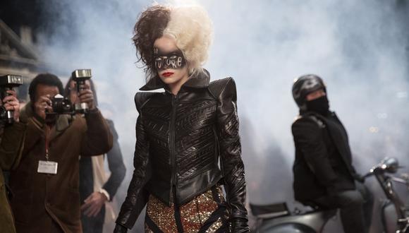 """Los vestuarios de Emma Stone resplandecen con el tono fílmico y la música de """"Cruella"""" para retratar la esencia maléfica del personaje. (Foto: Disney)"""