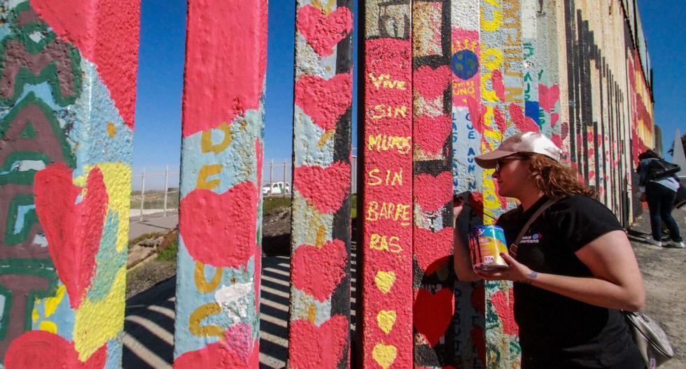 Decenas de corazones fueron pintados este sábado en el muro fronterizo metálico que separa San Diego, Estados Unidos, y Tijuana, México. (Foto: EFE)