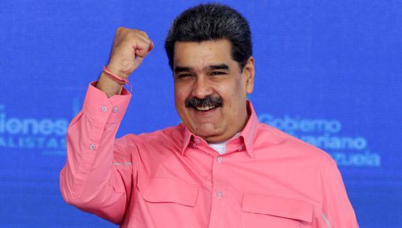 """Nicolás Maduro levantando el puño durante un evento denominado """"Día del Equilibrio del Plan de Atención Integral a las Víctimas del Bloqueo contra el Pueblo Venezolano"""" en Caracas. (Foto: AFP / Venezuelan Presidency)."""