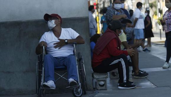 Siguen llegando personas con problemas respiratorios al área de triaje diferenciado del hospital Almenara. (Andrés Paredes / GEC)