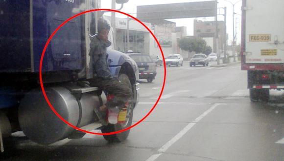 ¿Asiento reservado? Hombre viaja sobre tráiler en Av. Argentina