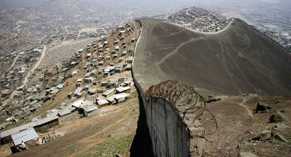 Este muro divide a San Juan de Miraflores de Las Casuarinas - 1