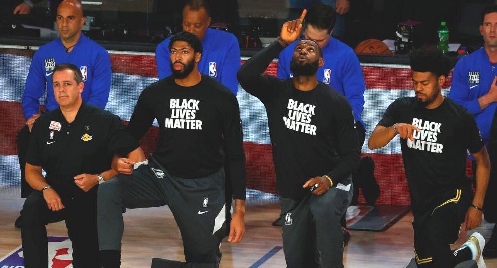 La NBA, tras el parón por el coronavirus, decidió escuchar a sus jugadores y les permitió tener mensajes en sus camisetas, arrodillarse en señal de protesta antes de cada partido y ser activistas en la lucha en contra del racismo.  (Foto: AP)