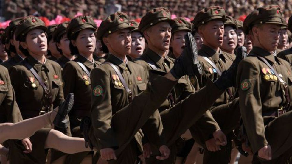 Conseguir hacer los pasos militares en coordinación con el resto del batallón y mirando hacia otro lado no es fácil. (Foto: Getty Images)