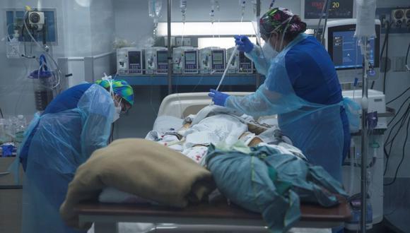 Personal sanitario atiende a un paciente afectado por la COVID-19 en la Unidad de Cuidados Intensivos del Hospital Clínico de la Universidad de Chile, en Santiago (Chile). (Foto: EFE/ Alberto Valdes).