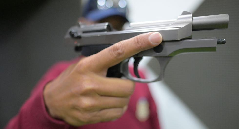 Un instructor muestra un arma no letal durante una prueba en un polígono de tiro en Bogotá, Colombia, el 17 de septiembre de 2021. (Juan BARRETO / AFP).