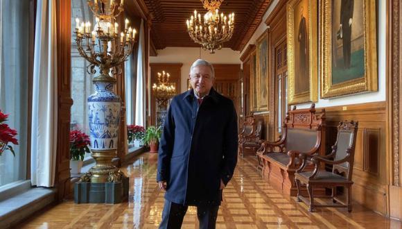 Fotografía cedida hoy por la Presidencia de México que muestra al mandatario Andrés Manuel López Obrador mientras posa. López Obrador reapareció este viernes, en el quinto día de su contagio de la covid-19, y con ello atajó rumores sobre su estado de salud. (Foto: EFE/ Presidencia de México).