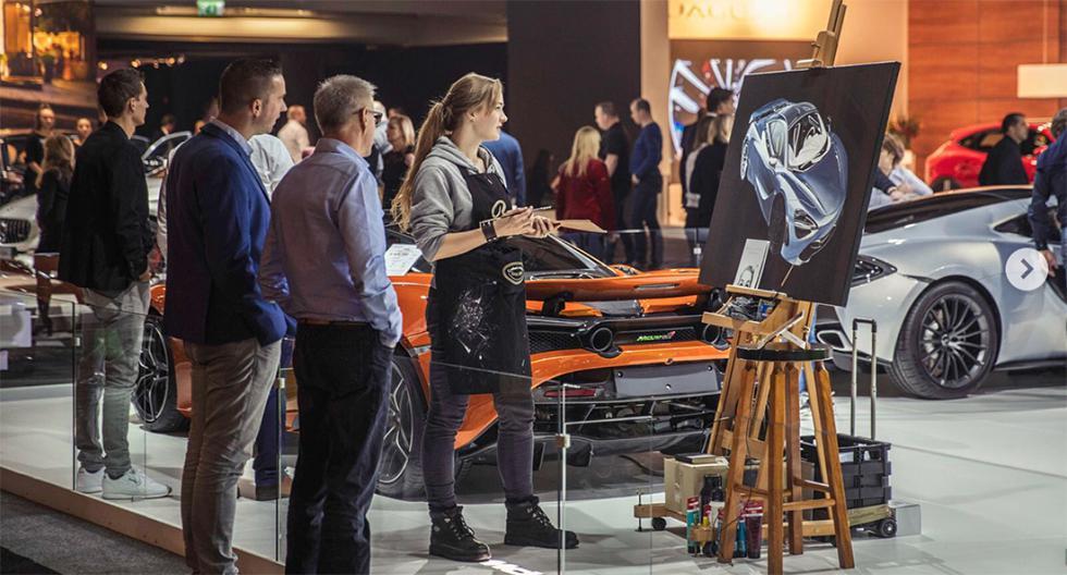 La artista también se presenta en eventos de autos haciendo pintura en vivo. (Foto: Instagram @automotive_artist)