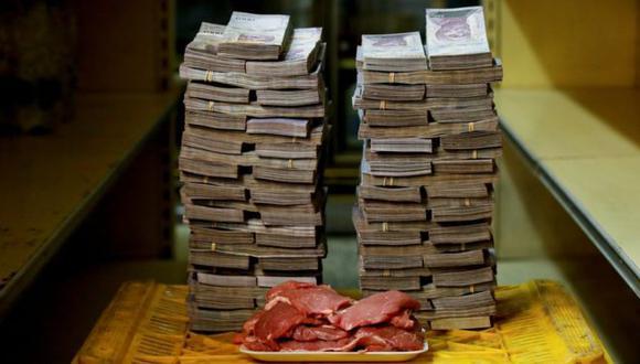 Un montón de bolívares venezolanos que equivalían a 1,45 dólares el 16 de agosto. Con esto se compra un kilo de carne. (Foto: Reuters)