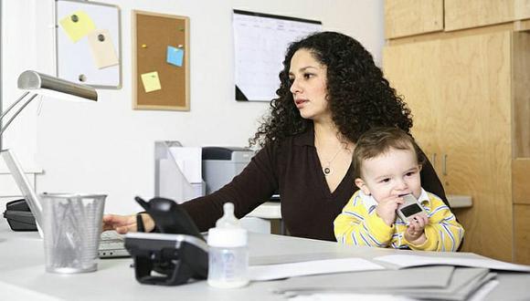 Muchas mujeres salen del mercado laboral debido a que son las que realizan en su mayoría las labores de cuidado doméstico y ganan menos que los hombres.