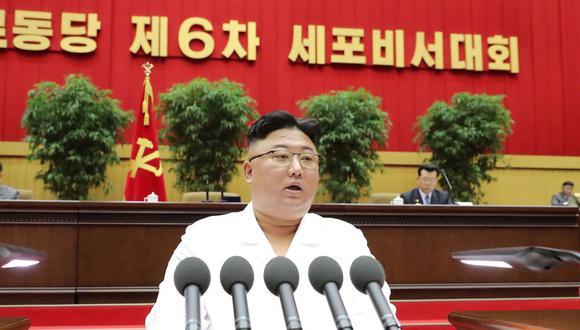 Imagen muestra al líder norcoreano Kim Jong-un pronunciando un discurso en Pyongyang, el 6 de abril de 2021. (STR / KCNA VIA KNS / AFP).