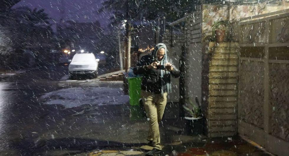 Hace 12 años, se trató de nieve derretida, mezclada con lluvia. Este martes, varios centímetros de nieve cubrieron vehículos, aceras y palmeras de la capital. (AFP)