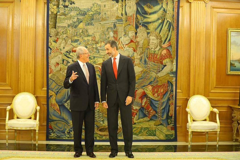 El presidente Kuczynski se reunió hoy con el Rey Felipe VI y con la Reina Letizia en el Palacio de la Zarzuela, como parte de su visita oficial a España. El mandatario estuvo acompañado por el canciller Ricardo Luna y por el embajador José García Belaunde, además de su esposa, la primera dama Nancy Lange. (Foto: Presidencia)