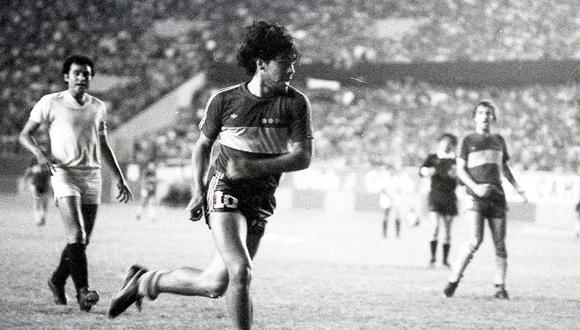 En diciembre de 1981 Maradona, vistiendo la camiseta de Boca Juniors, se enfrentó a Universitario. Foto: GEC Archivo Histórico