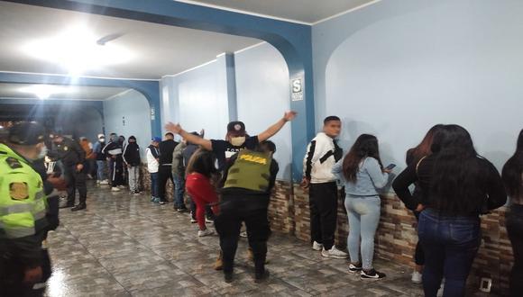 Autoridades intervinieron a 63 hombres y 44 mujeres que participaban en la fiesta COVID en Villa El Salvador. (Foto: PNP)