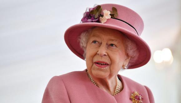 La reina Isabel II de Gran Bretaña durante una visita al Laboratorio de Ciencia y Tecnología de Defensa (Dstl) en el parque científico Porton Down cerca de Salisbury, en el sur de Inglaterra, el 15 de octubre de 2020. (Foto: AFP / POOL / Ben STANSALL9.