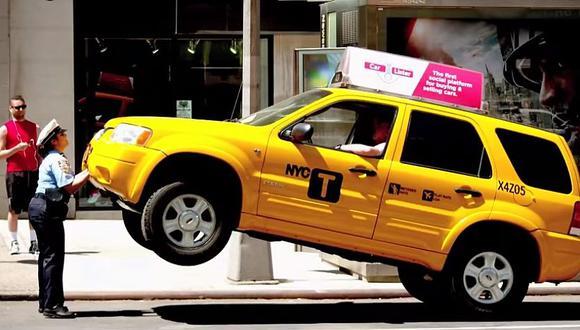 YouTube: Policía intimida a un taxista levantando su auto