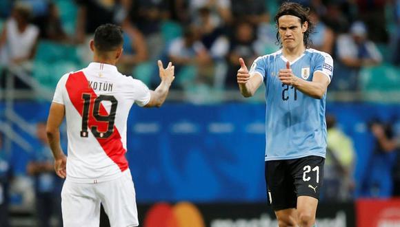 Cavani felicitando a Yotún después de la definición por penales. (Foto: Reuters)