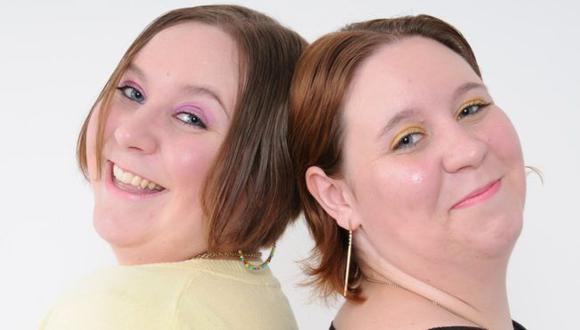 Katy Davis (lzquierda) y Emma Davis eran gemelas y murieron por coronavirus con solo tres días de diferencia. Foto: ZOE DAVIS, vía BBC Mundo