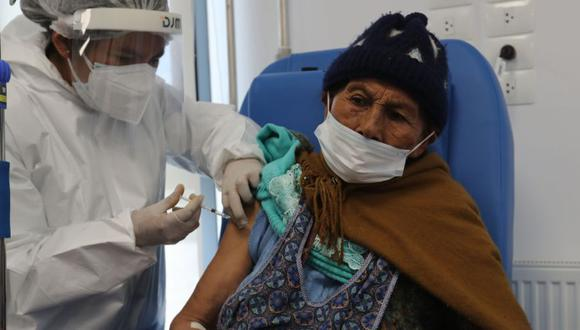 Una mujer recibe la vacuna contra el coronavirus durante una jornada de vacunación para adultos mayores en el Hospital del Sur en El Alto (Bolivia). (Foto: EFE/ Martin Alipaz).