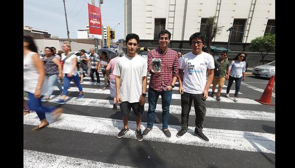 Daniel Horna, profesor de la universidad que dirige el proyecto, acompañado de Jhonatan Macazana (izquierda) y Víctor Cavero (derecha)