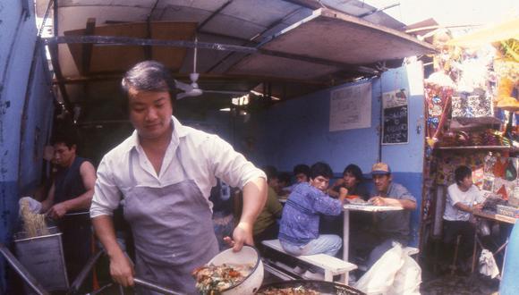 La influencia china y japonesa -tanto en ingredientes como en preparaciones- fue crucial para enriquecer lo que es hoy cocina peruana. En la foto, puesto callejero en Las Malvinas, década del 90. (Foto: Archivo Histórico El Comercio)