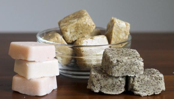 Muchas personas creen que existen muchas más diferencias entre el azúcar rubia y la blanca, más allá del color. ¿Pero realmente una es más saludable que la otra? (Foto: AP)