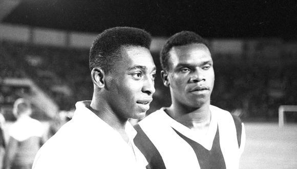 El sábado 2 de febrero de 1963, Santos de Brasil y Alianza Lima se enfrentaron en un amistoso en el Estadio Nacional. En la imagen, Pelé aparece junto a 'Perico' León. (Foto: GEC Archivo Histórico)
