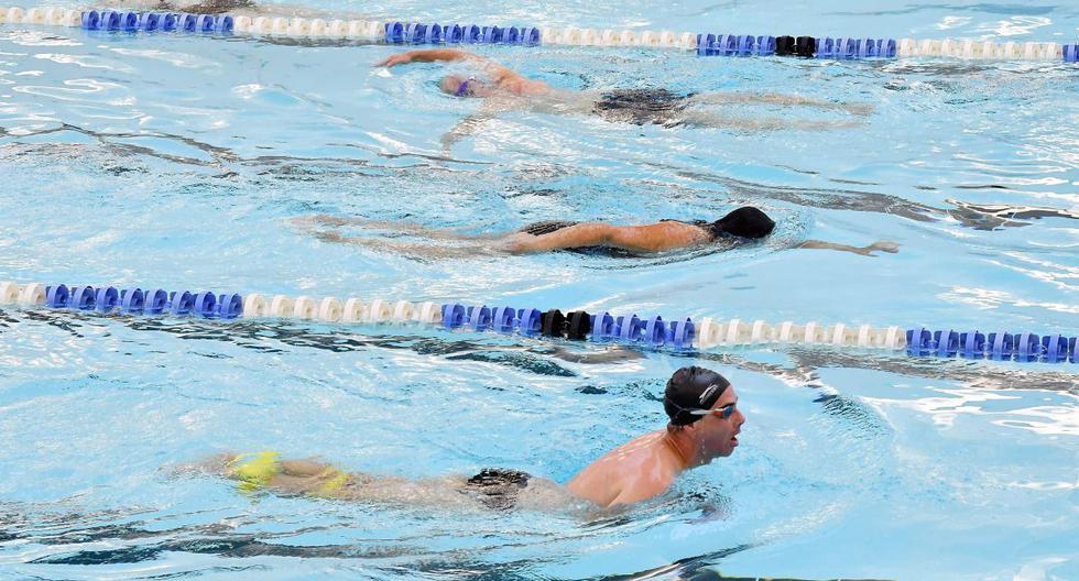 Los nadadores se ejercitan en la piscina del Kensington Leisure Centre en el oeste de Londres, Inglaterra, a medida que se alivian las nuevas restricciones de bloqueo de coronavirus para permitir la reapertura de gimnasios, centros de ocio y piscinas cubiertas. (AFP / JUSTIN TALLIS).